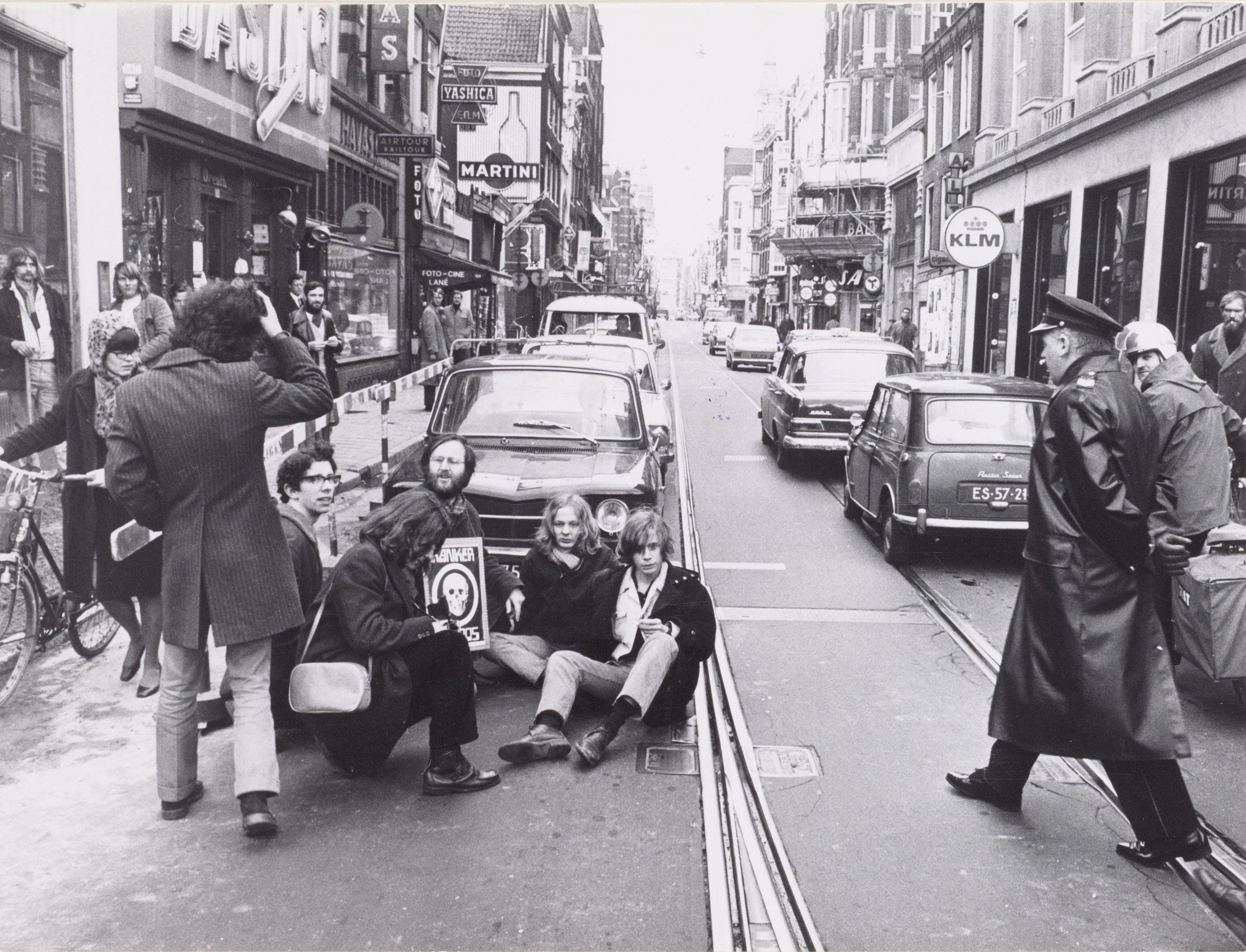 3. zitdemonstratie voor een autoverbod in Leidsestraat 9 april 1970 SAA